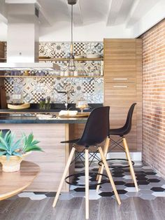 Modern and stylish apartment in Barcelona Cosy Kitchen, Kitchen Dining, Kitchen Decor, Kitchen 2016, Sweet Home, Black Interior Doors, Interior Desing, Cuisines Design, Dining Room Design