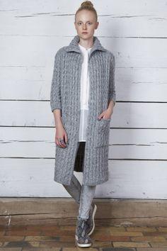 Ultraciepły, dzianinowy płaszcz z warkoczami. Płaszcz z kolekcji SKAŁA