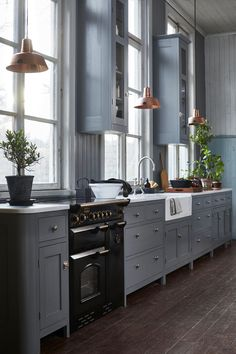 9 Earthy Kitchen Ideas to Warm Your Heart Blue-Gray Kitchen Cabinets Blue Gray Kitchen Cabinets, Grey Kitchens, Home Kitchens, Ivory Cabinets, Kitchen Walls, Kitchen Units, Kitchen Shelves, Earthy Kitchen, New Kitchen