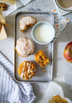Apfel Möhren Muffins carrot muffins mit walnüssen und ahornsirup glasur, frühstücksmuffins, muffins selber backen, carrot cake, backen im herbst, möhrenrezepte, möhrenkuchen, die besten apfelrezepte, apfel muffin, apfelkuchen, kleine kuchen, foodblog, backblog, zuckerzimtundliebe, zucker zimt und liebe, bestes muffin rezept, backen für kindergeburtstag, backen für kindergarten