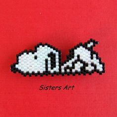 """Calamita """"Snoopy"""" realizzata con perline delica, by Sisters Art, in vendita su http://www.misshobby.com/it/negozi/sisters-art"""