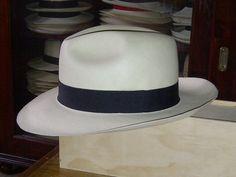 Y es que este sombrero, además de tener un convección excelente, tiene un aire bohemio que es imposible que no guste, con un aire sport pero un espíritu clásico... parece que esté anunciando un automóvil deportivo, pero puedo decir que es un modelo de Panamá muy codiciado actualmente en nuestra tienda.