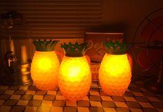 DIY (Do It Yourself! - faça você mesmo) Claro que rolou um investimento na decoração e, pra fazer todo um clima, fiz umas luminárias com jarra de abacaxi. Não que eu ache a jarra brega, mas imagine várias em cima de uma mesa com estampa de oncinha e flor artificial.
