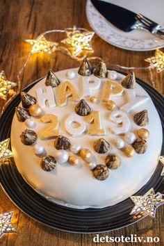 Marsipankake med kaffekrem | Det søte liv Birthday Cake, Baking, Desserts, Food, Bread Making, Tailgate Desserts, Birthday Cakes, Deserts, Patisserie