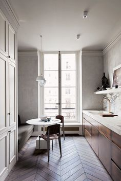 Kitchens need to be cosy, comforting, glam, inspiring, hard-working and practical. It's a lot to ask I know! But it can be done. These are the most inspiring kitchens I've come across this year. Some are huge open-plan spaces, some are dream kitchens with full-length dressers and bars, some are tiny little galley kitchens in …
