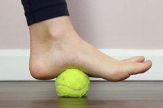 6 Easy Plantar Fasciitis Exercises to Release Foot Pain Remedies For Plantar Fasciitis, Plantar Fasciitis Stretches, Plantar Fasciitis Shoes, Healing Plantar Fasciitis, Foot Exercises, Stretching Exercises, Sore Heels, Tendon D'achille, Foot Remedies