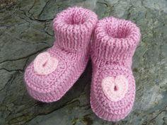 Ces petits chaussons bébé Rose sont une création originale unique, réalisés entièrement au tricot et au crochet en laine toute douce (100% acrylique).