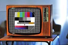1980-luku, se on kaikista vuosikymmenistä eniten suomalaisten mieleen. Olihan silloin yksi turvallinen Suomi, isot tukat ja pastellinväriset... History Of Finland, Good Old Times, My Childhood Memories, Jukebox, 1980s, Retro Vintage, Nostalgia, Entertaining, Tv