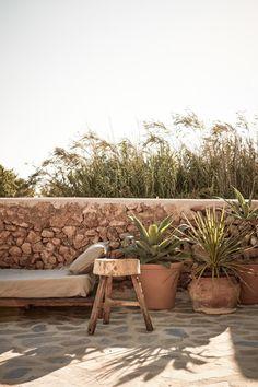 Ibiza is een populaire vakantiebestemming maar het is ook een populaire bestemming om te gaan wonen. Dit prachtige vakantiehuis is ontworpen door Annabell Kutucu. Zij ontwierp bijvoorbeeld ook het interieur...