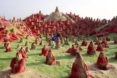 500 Santa Clauses Sculpted into the Sand in India