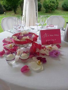 Uno dei nostri bellissimi matrimoni..... ispirazione in #bianco #rosa #fucsia!! #centrotavola #fiori #candelegalleggianti #matrimonio #tavolosposi #fiori #orchidee http://www.bittersweetsposi.com