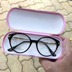 99 Óculos Italian Design (@99oculos) • Fotos e vídeos do Instagram Round Lens Sunglasses, Flat Top Sunglasses, Cute Sunglasses, Sunglasses Women, Cool Glasses, Glasses Frames, Glasses Trends, Glasses For Your Face Shape, Clothes