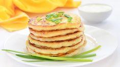 Viszlát lángos! Ez a fokhagymás sajtos lepény mindent visz   kiskegyed.hu Kefir, Pancakes, Breakfast, Food, Quiches, Onion Bombs, Cooking Recipes, Tarts, Morning Coffee