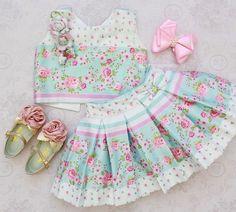 Tão delicado e tão lindo  saia rodadinha com lacinho na cintura e cropped com flores feitas a mão... é muito luxo!!  #novacolecao Amor Perfeito!  ⠀ VENDAS/INFORMAÇÕES.:  (62) 98227-0020 :: Nathy  (62) 98208-2296 :: Bia  (62) 98101-2323 :: Maria  (62) 99639-2888 :: Kamila  (62) 98255-0020 :: Karla  (62) 3996-0020 :: Loja ⠀ ⏰ Atendimento via WhatsApp de segunda a sexta das 9:00 às 18:00 horas. Entregamos para o mundo todo! ✈️ #AmorecoInfantil #Love #Baby #princesa