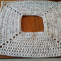 Trui Ketting van 56 lossen. Ketting sluiten. Zorg dat hij niet gedraaid is. Na iedere toer werk keren. 2 lossen (dit is je eerste stokje) 7 halve stokjes,2 lossen, 14 halve stokjes, 2 lossen, 14 halv... Crochet Poncho, Crochet Cardigan, Crochet Stitches, Knit Crochet, Crochet Patterns, Crochet Winter, Crochet Woman, Crochet Gifts, Shawls And Wraps