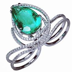 One of our favourite double finger rings of all time! This Emerald delight from @kavantsharart sits so elegantly on the finger, and is absolutely red carpet ready. A 16.80ct pear shape Emerald sits centrally, while pavè set diamonds cascade over and under.
