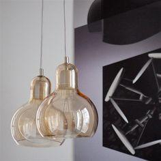 Grote glazen hanglamp ontworpen door Sofie Refer. De hanglamp heeft een hoogte van 23 cm en is gemaakt van porselein en glas. Voorzien van een 2,5 meter hangkoord en geleverd met plafondplaat.
