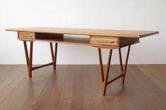 デンマークで買い付けたE.W bachのコーヒーテーブルです。細身ですらっと伸びたV字の足が特徴的なテーブル。引き出しも2つ備え、小物類の収納にも便利。テレビボードとしても使えそうなアイテムです。 <北欧家具tanuki>