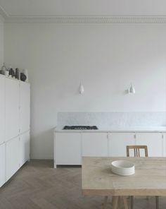 Minimalistische Küche einer Designerin mit viel Weiß und Holz ...