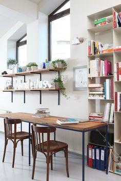 Zonă de lucru în bucătărie deschisă - Revista Casa lux Corner Desk, Bar, Table, Furniture, Home Decor, Corner Table, Decoration Home, Room Decor, Tables