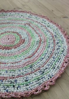 Crochet your own rug Huset ved fjorden: DIY- Hekle teppe av stoffremser Crochet Home, Love Crochet, Diy Crochet, Crochet Rugs, Tshirt Garn, Homemade Rugs, Rugs And Mats, Braided Rugs, Fabric Strips