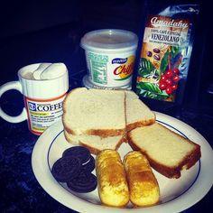 """hoy el desayuno es tipo """"Snoopy"""" ..Galletas Oreo Dark..TwinkiesPanqué y Pan Bimbo..con café con leche y Marsmellows de @amadahycafe  Margarina y Queso Crema..."""