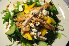 Zomerse maaltijdsalade met mango, kip en geitenkaas