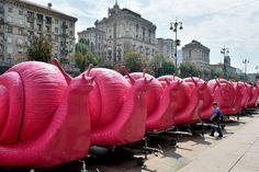 Kiev.- Uma fileira de trailers de fornecedores de café na forma de caracóis cor de rosa, bloqueam a entrada da prefeitura e do escritório do prefeito Vitalii Klitschko durante um protesto em Kiev, em 30 de julho de 2015.   A manifestação foi organizada em protesto contra a recente legislação considerada prejudicial para o comércio e meios de subsistência dos vendedores ambulantes.