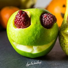 Jabłkowe potworki! zdrowe przekąski wegańskie halloween ozdoby zabawa z dziećmi. Fun ideas for halloween with kids. Halloween decorations nad food. Apple Monster!.
