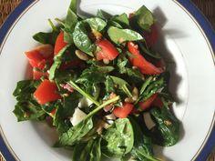 gezonde spinazie salade met ei, avocado, spekjes