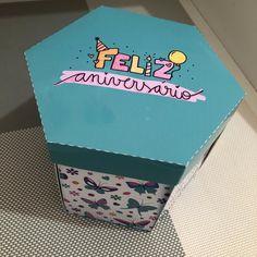 CAIXA EXPLOSÃO ANIVERSARIO no Elo7 | Milena Reni Fernandes (12EE855) Creative Gifts, Ideas Para, Manicure, Gifs, Happy Birthday, Presents, Packaging, Dreams, Lettering