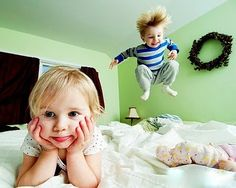 Casal de criança na cama (kids couple in bed)