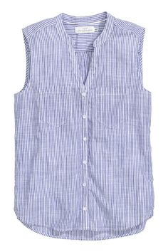 Sleeveless cotton blouse: Sleeveless blouse in an airy cotton weave with a V-neck small stand-up collar chest pockets and a rounded hem with slits in the sides. Slightly longer at the back. Cotton Blouses, Shirt Blouses, Sewing Clothes, Diy Clothes, Sewing Shirts, Blue Blouse, Sleeveless Blouse, Western Outfits, Ladies Dress Design