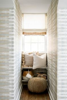 Gamer Room: 60 Great Ideas and Tips for Decorating - Home Fashion Trend Neutral Wallpaper, Room Wallpaper, Stripe Wallpaper, Anna French Wallpaper, Beautiful Wallpaper, Beach Bedding Sets, Gamer Room, Guest Bedrooms, Guest Room