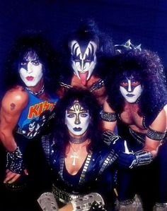 Kiss - Paul Stanley (left) - Gene Simmons (top) - Vinnie Vincent (front) - Eric Carr (right) Kiss Band, Kiss Rock Bands, Kiss Images, Kiss Pictures, Paul Stanley, Gene Simmons, Eric Singer, Los Kiss, Kiss Members