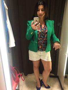 Quero um blazer verde, mas esse não ficou legal. O ombro tem um detalhe que me aumentou. Curti o efeito visual das peças, mas não achei que me valorizaram.
