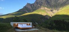 Due fratelli gemelli Frank e Patrik Riklin, artisti concettuali svizzeri, hanno ideato il Null Stern Hotel, il primo hotel senza pareti a 1960 m di altitudine tra le Alpi svizzere: una notte in un com