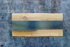 Modernes Magnet-Wandboard in einer Massivholz-Metallkombination ideal zum Anbringen ihrer Notizen oder Lieblingsfotos. Die geölte Schwarzblech-Metalleinlage wird von Massivholz umrahmt. Da nur die Rinde der Baumkante entfernt wurde, bleibt die natürliche Form des Baumstammes erhalten. Das daraus entstehende schlichte und moderne Design vermittelt einen hochwertigen Eindruck und passt ideal als Ergänzung in neue oder bestehende Wohnräume.
