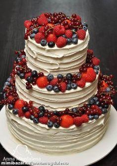 svatebním dort s vanilkovým krémem a lesním ovocem Red Velvet Wedding Cake, Fruit Wedding Cake, Wedding Cakes With Cupcakes, Cupcake Cakes, Cute Cakes, Pretty Cakes, Yummy Cakes, Beautiful Cakes, Nake Cake