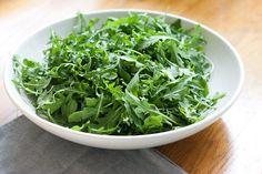 En el blog de Koolg, encontrarás una nota dedicada a enumerar los beneficios que aporta al organismo el consumo de verduras de hojas verdes.    http://blog.koolg.net/2012/10/verduras-de-hojas-verdes/