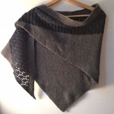 Free easy shawl pattern: Zaria, from Shannon Squire, knitted in Camellia. Shawl Patterns, Knitting Patterns, Crochet Patterns, Knitted Cape, Knitted Shawls, Knitting Accessories, Knitting Yarn, Lana, Knit Crochet