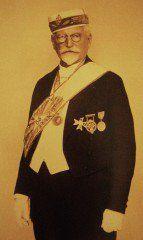 Alphons Mucha fut initié à la Grande Loge de Paris en 1898. L'influence du symbolisme maçonnique est perceptible dans toute son œuvre et en particulier dans l'ouvrage illustré Le Pater. Après la formation de la Tchécoslovaquie en 1918, Mucha contribua à l'établissement de la première Loge de langue tchèque, la Loge Komensky à Prague et il fut rapidement Grand Maître de la Grande Loge de Tchécoslovaquie.