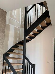 Eiken houten trap met zwarte trapbomen  Open Trap, Stairway To Heaven, Stairways, Home Interior Design, Mansions, Living Room, Bedroom, House, Home Decor