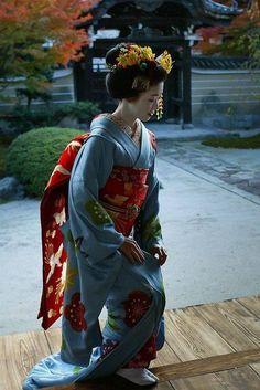 The Kimono Gallery Geisha Japan, Geisha Art, Japanese Geisha, Japanese Beauty, Japanese Kimono, Japanese Dresses, Kyoto Japan, Yukata, Samurai