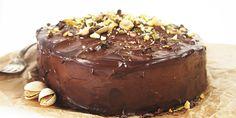 Bezlepková čokoládová torta pozostáva z korpusu na cesto, ktorý je úplne bez lepku, famóznej čokoládovej plnky a nepraskajúcej polevy. Jednoducho dokonalá!