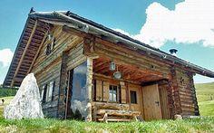 """Kreuzplonalm / Eisacktal, Südtirol (3 bis 5 Pers.) Die urige Hütte liegt in fast 2.000 Metern Höhe und bietet einiges an Komfort: Auf drei Etagen verteilt gibt es hier zwei Schlafzimmer für insgesamt 5 Personen, eine voll ausgestattete Küche mit Holzofen und Sitzecke, eine gemütliche """"Stube"""", ein modernes Badezimmer und sogar eine Sauna. Strom kommt aus der eigenen Photovoltaikanlage."""