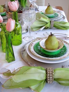 St. Patrick's Day Tablescape   Using perky green and spring flowers for an early spring holiday celebration   #Designthusiasm