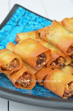 Sweet from Morocco.   Marokkaanse gelukskoekjes. In het boek Kaneel en Kardemom noemden ze het bruidkoekjes. Hmmm, heerlijk.  Heb jij al eens gebakken met filodeeg?