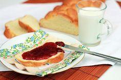 Foszlós kalács házilag készítve Vízvári Mariska módra.Félkiló lisztből kovásszal vajjal, cukorral készítve tojással megkenve sütve.