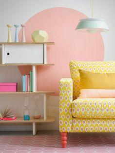 un salon au mur rose couleur pastel et un fauteuil jaune pour une décoration originale et incongrue !